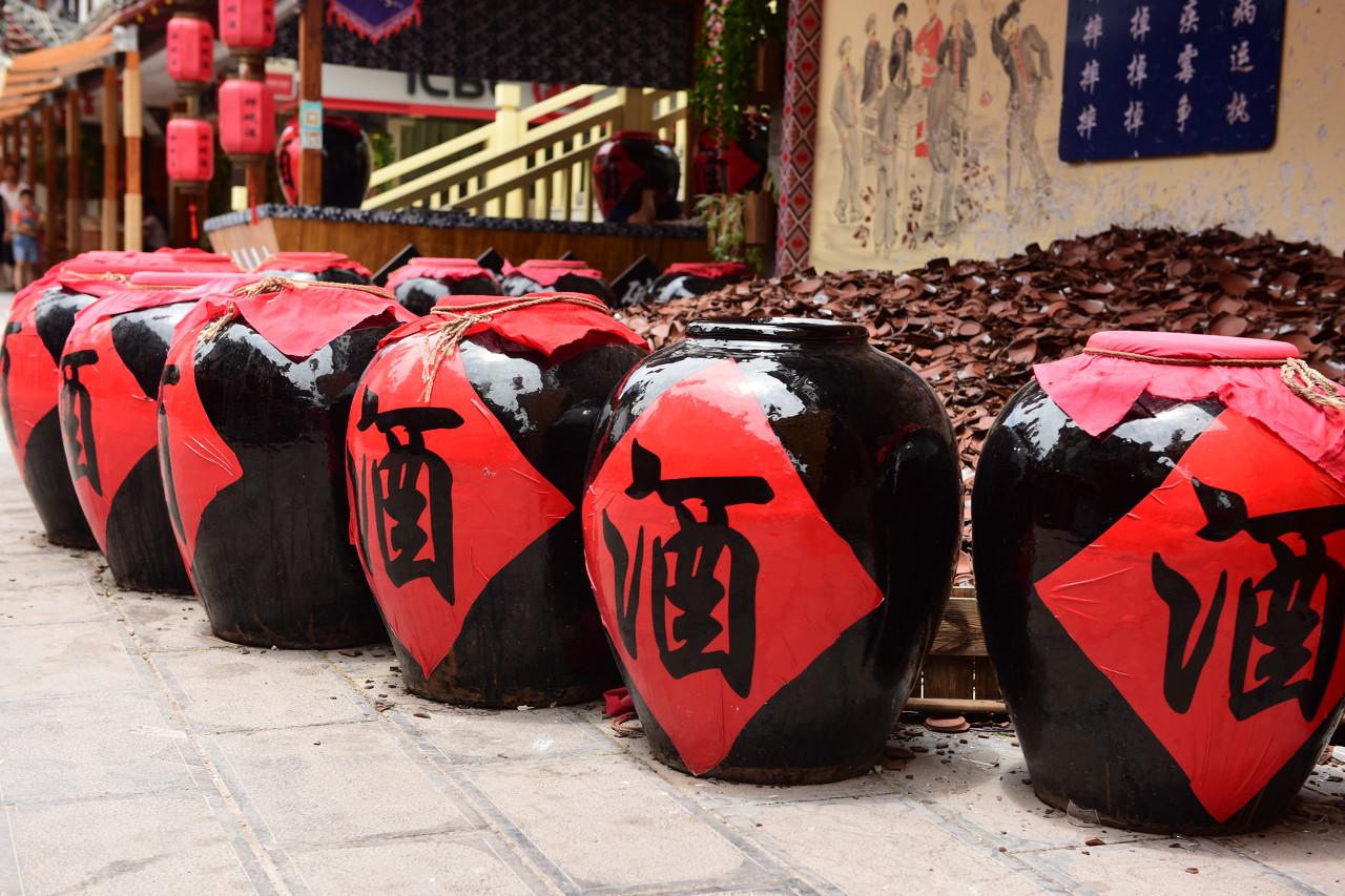 白酒集体走高 贵州茅台(600519.SH)涨超3%创历史新高