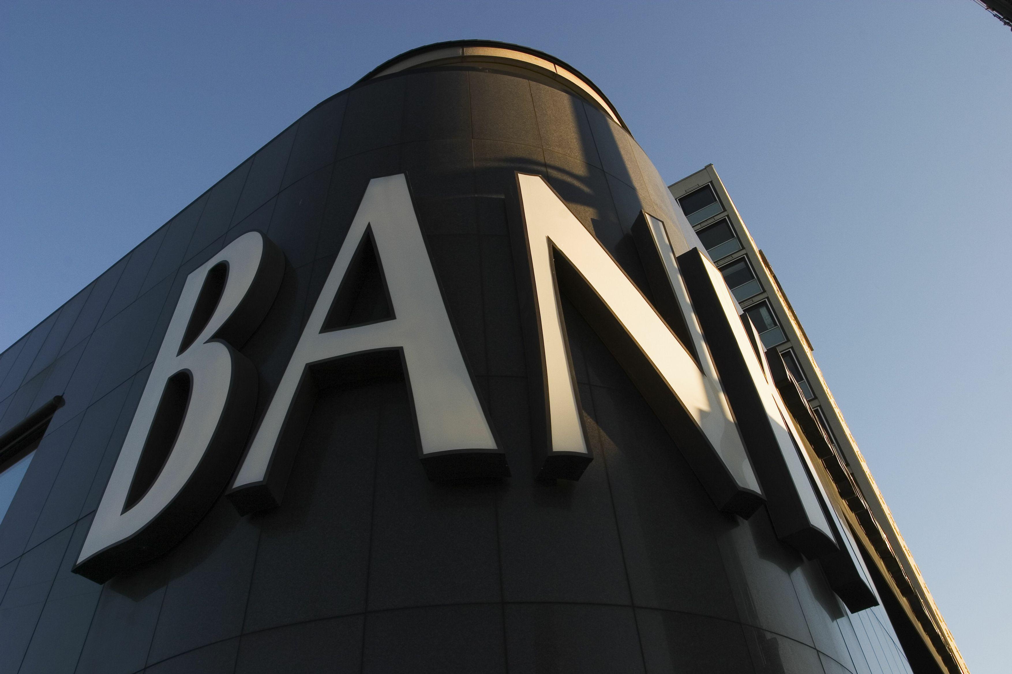 银行低估值之谜:为何ROE这么高,PB却长期低于其他行业,而且长期破净?
