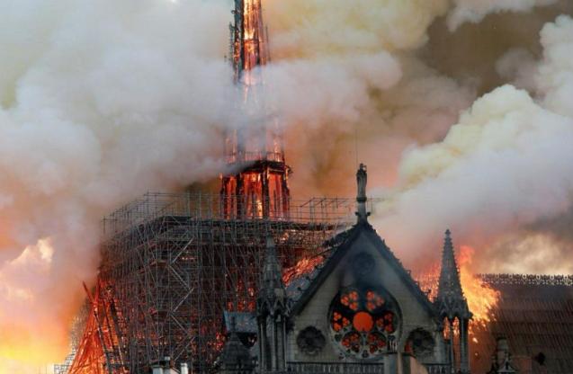 心痛!760年历史的巴黎圣母院发生严重火灾,塔尖坍塌