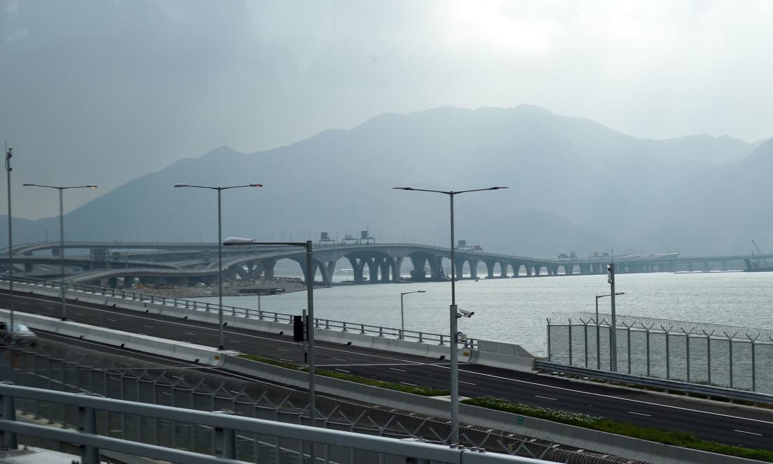 北有粤港澳大湾区,南有新加坡,海南自贸港该如何突围?